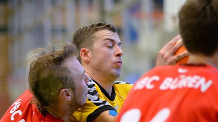 Bürens Jürg Suter versucht den Langenthaler Topskorer Matthias Grogg zu stoppen.