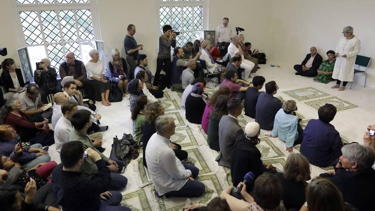 Der Medienrummel war gross zur Eröffnung der Moschee im Juni. Detail am Rande: Die sitzende Frau in Grün neben Seyran Ates (stehend in Weiss) ist die progressive Schweizer Muslimin und Forscherin Elham Manea.