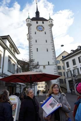 Silvia Hochstrasser mit Gruppe vor dem Stadtturm Baden, der bis 1984 Bezirksgefängnis war.