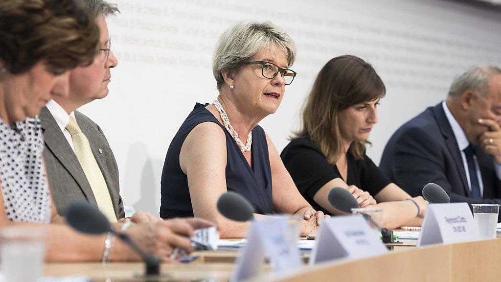 Das Pro-Komitee um FDP-Nationalrätin Corina Eichenberger (Mitte) startet seine Kampagne zum Nachrichtendienstgesetz, über das am 25. September abgestimmt wird.