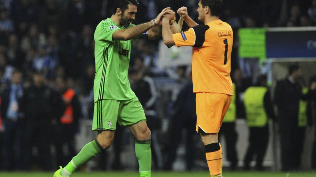 Juves Torhüter Buffon (links) gratuliert Portos Keeper Iker Casillas zum Rekord