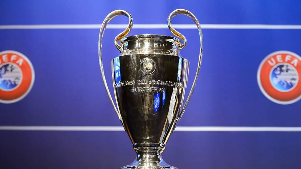 Der Champions-League-Pokal wird womöglich erst im August in die Höhe gestemmt