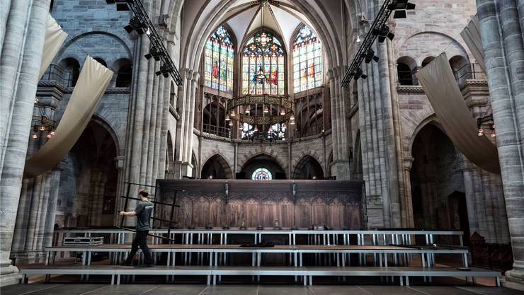 Hier ist der Hall zu lang: Sechs Sekunden klingt ein Ton im Basler Münster nach. Dennoch eröffnet das Sinfonieorchester Basel heute hier die Saison – mit mobiler Rückwand und zwei Seitensegeln, die den Klang ins Hauptschiff tragen sollen.