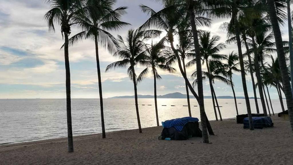 Der leere Jomtien Beach in Pattaya. Die Strände in dem thailändischen Urlaubsort sind seit Monaten gesperrt.