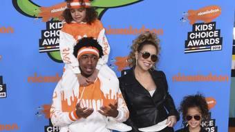 Moroccan (links oben), der siebenjährige Sohn von Mariah Carey, beherrscht bereits die hohe Kunst des Online-Shoppings. (Archivbild März 2018)