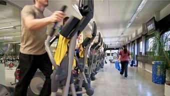Im Januar wird im Fitnesscenter vermehrt in die Pedale getreten (Symbolbild).