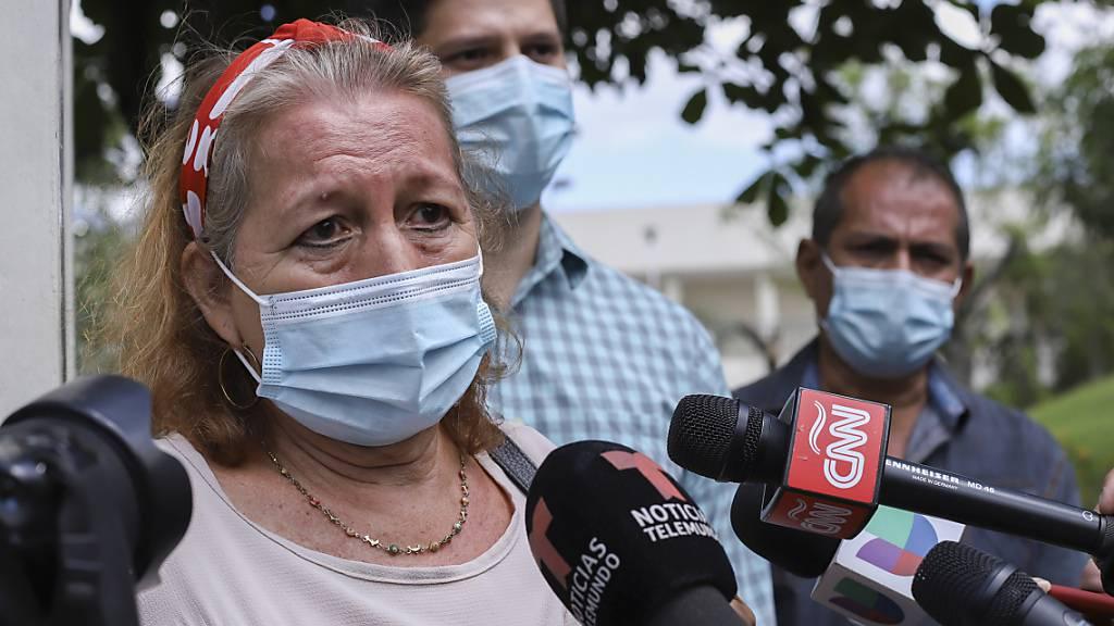 Rosibel Emerita Arriaza, Mutter der Frau, die bei einem Polizeieinsatz im mexikanischen Strandort Tulum ums Leben gekommen ist, spricht mit Journalisten. Foto: Salvador Melendez/AP/dpa