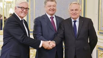 Der ukrainische Präsident Petro Poroschenko (Mitte) ist zu einer neuen Waffenruhe im Osten des Landes bereit. Davon überzeugen konnten ihn die Aussenminister Deutschlands und Frankreichs, Frank-Walter Steinmeier (links) und Jean-Marc Ayrault (rechts).