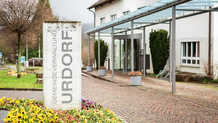 Gemeindehaus in Urdorf an der Bahnhofstrasse 46. Aufgenommen am 1. Februar 2018 bei der Autobahneinfahrt.