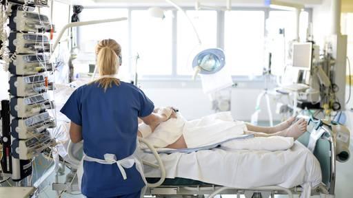 Intensivpflegende gehen erschöpft in die zweite Welle