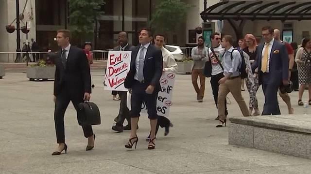 Für einen guten Zweck: Männer in High Heels wandern durch Chicago