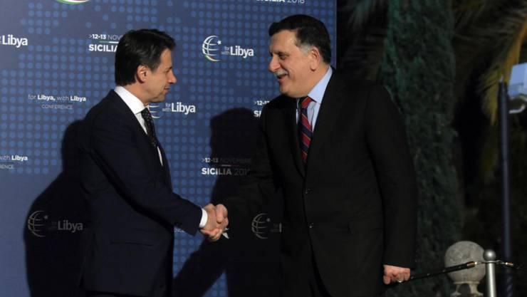 Italiens Premierminister Giuseppe Conte (l.) begrüsst den libyschen Regierungschef Fajis al-Sarradsch in Palermo.