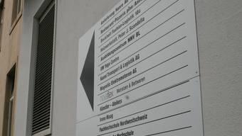 Sichergestellt: Die rund 40 Gewerbebetriebe im Hanro-Areal müssen ihren Platz nicht räumen. Die neuen Eigentümer des Geländes wollen sämtliche Mietverträge mit den Nutzern übernehmen und verlängern. (bz-Archiv/Patrick Moser)