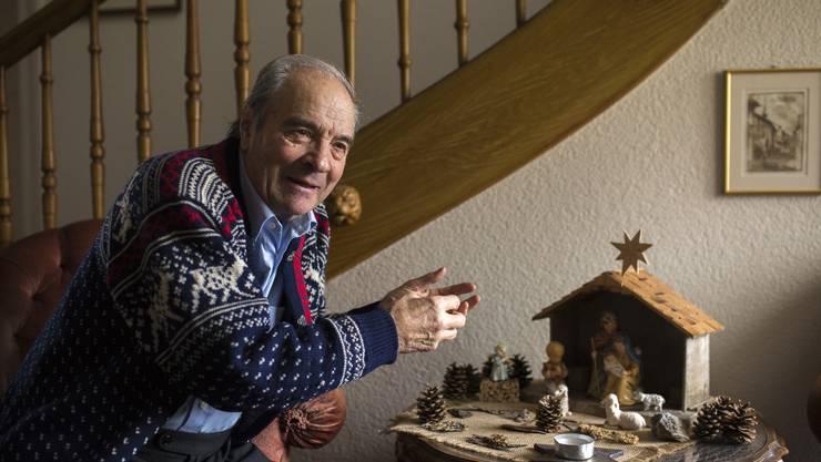 Arnold Heynen (80) mit einer seiner Lieblingskrippen, die er im Eingangsbereich seines Hauses aufgebaut hat.