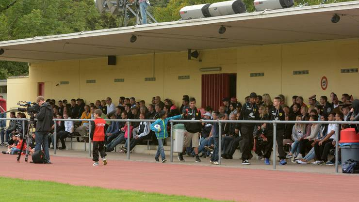 Gut gefüllte Tribüne im Stadion Sandgruben in Pratteln.