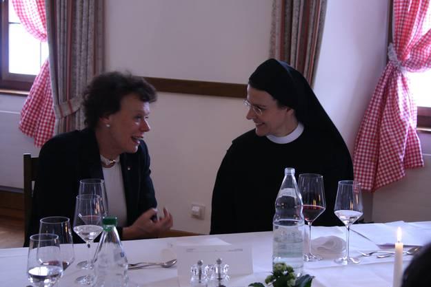 Priorin Irene unterhält sich mit ihren politischen Gästen