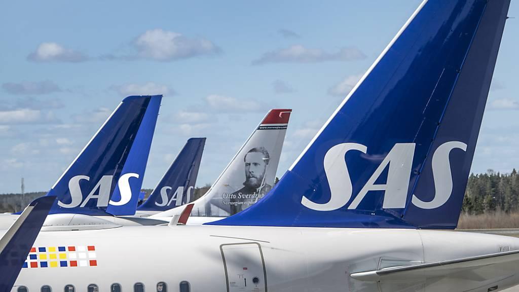 Die von der Coronakrise gebeutelte skandinavische Fluggesellschaft SAS muss im Gegenzug zur Milliarden-Finanzspritze ihre Kosten senken und Personal einsparen. (Archivbild)