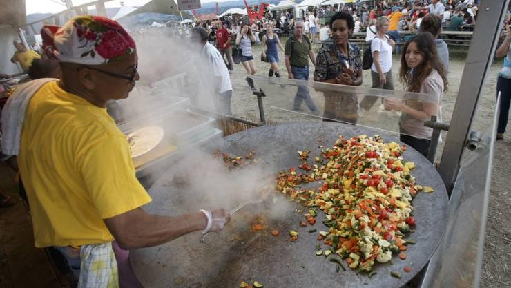 Kulinarische Gaumenfreuden aus aller Welt sind seit jeher ein Kennzeichen des Paléo Festivals in Nyon. Nun will das Open Air auch etwas gegen Lebensmittelabfälle unternehmen. (Archivbild)