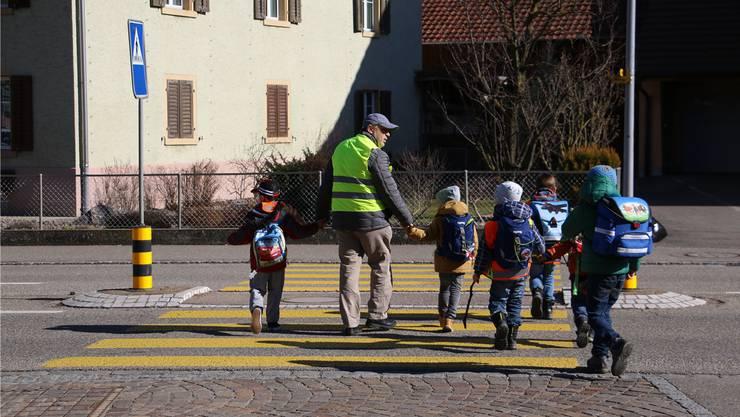 Mit dem Pedibus gelangen die Schüler sicher beim Volg über die Strasse.