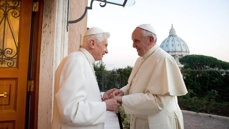 Ex-Papst Benedikt (links) und sein Nachfolger Franziskus im Dezember 2013.
