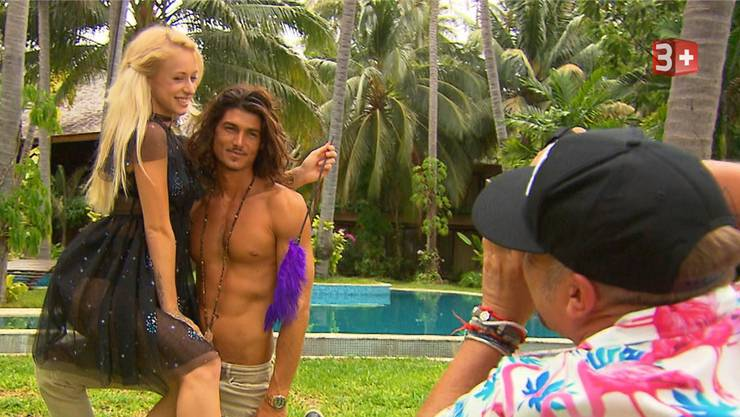 Julia im Feenkostüm beim Fotoshooting mit Bachelor Patric Haziri.