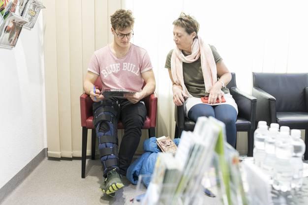 Patienten warten im Warteraum auf ihre Behandlung in der Walk-in-Praxis Ärztezentrum Limmatfeld in Dietikon.