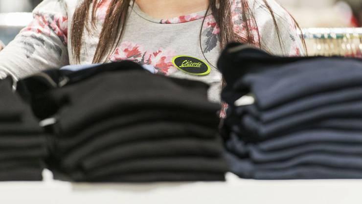 Kaum aus dem Gefängnis entlassen, klaut der 29-Jährige im Neumarkt Brugg Pullover, Hosen und Sportschuhe. (Symbolbild)