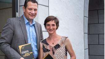 Eva Batz, Leiterin des Stiftstheaters, und Theatervereinspräsident Charly Freitag präsentieren das erste Saisonprogramm für September 2014 bis Januar 2015.