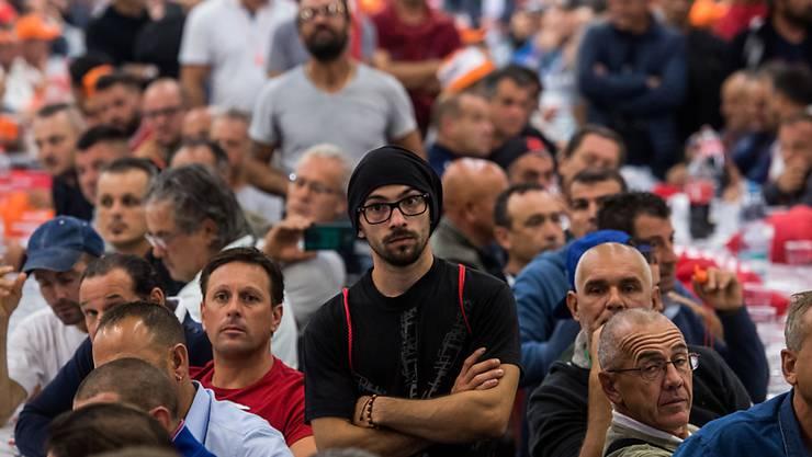 3000 Bauarbeiter legten am Montagvormittag ihre Arbeit nieder und versammelten sich in Bellinzona. Sie kämpfen unter anderem für die Rente mit 60.
