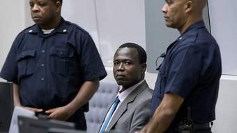 Dominic Ongwen, eingerahmt von zwei Bewachern, auf der ICC-Anklagebank