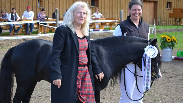 Rocky of Switzerland aus der Zucht von Sabine Flüeli (rechts) gewann den Titel «Best in Show». OK-Präsidentin Vreni Müller freut sich mit dem Sieger.