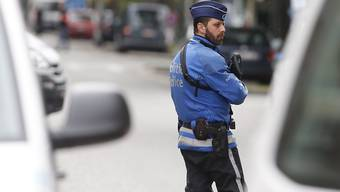 Ein Polizist sichert eine Strasse in Brüssel - in der Nacht zum Samstag gab es in Belgien einen grossen Anti-Terror-Einsatz. (Archiv)