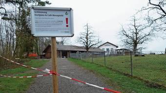 Rot-weisse Absperrbänder und eine Hinweistafel machen klar: Für Murimoos-Gäste geht es hier im Moment nicht mehr weiter.