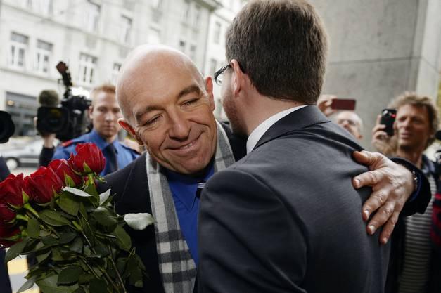 Der frischgewehlte Zuercher Staenderat Daniel Jositsch, links, strahlt mit Daniel Frei, SP-Kantonalpraesident