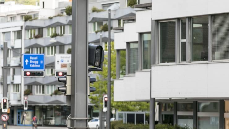 Bei der Gstühl-Kreuzung in Baden hängt auf beiden Strassenseiten je ein Blitzkasten.