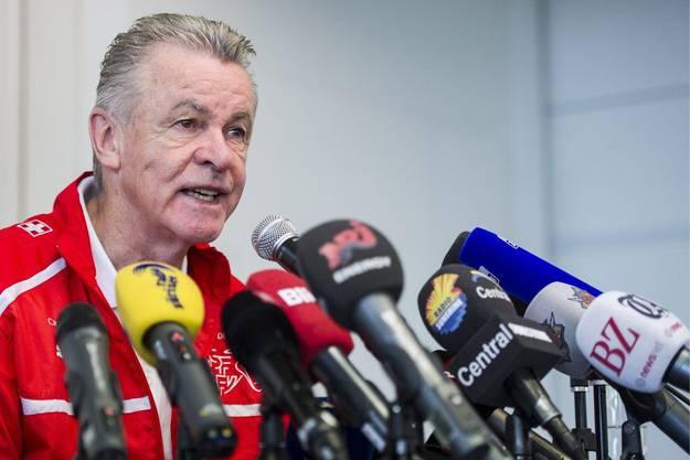 Hitzfeld erklärt sich. Er müsse der Mannschaft keinen Heiratsantrag machen, sagt der Coach. Er dürfte aber für 2 Jahre bis 2016 verlängern.
