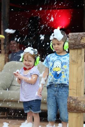 Auch die Kleinsten hatten sichtlich Spass – besonders an der Schaumdusche.