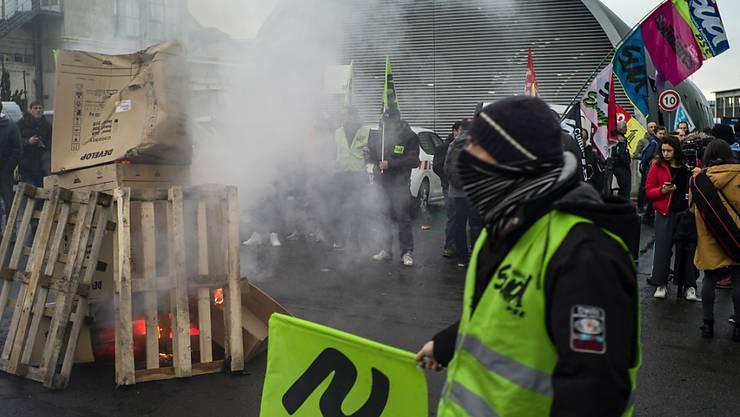 Bahnangestellte demonstrieren am Donnerstag vor dem Bahnhof in Lyon gegen die von der französischen Regierung geplante Rentenreform.