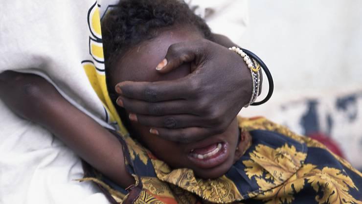 Beschneidung in Somalia: Ein sechsjähriges Mädchen wird von ihrer grossen Schwester während der Prozedur festgehalten. (Archivbild)
