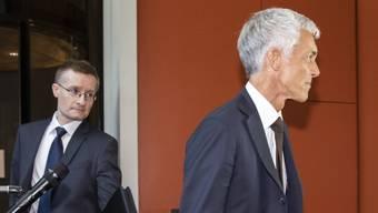 Bundesanwalt Michael Lauber (rechts) mit einem persönlichen Mitarbeiter nach einer Anhörung im Bundeshaus.