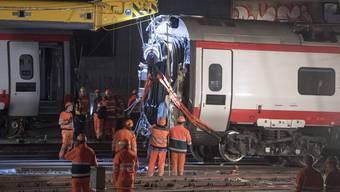 Kopie von Zugentgleisung in Luzern II: Die Bergung des Zuges, Passagiere am Bahnhof gestrandet