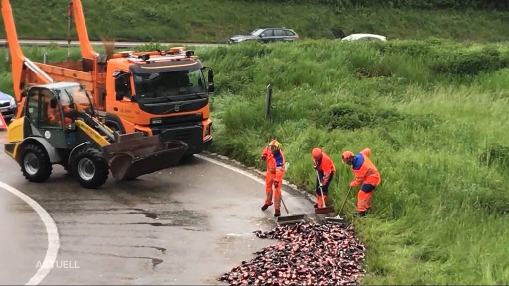 Über 270 Kisten kaputte Bierflaschen zieren Autobahn-Ausfahrt