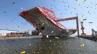 Symbol der Präsenz auf den Weltmeeren: Chinas erster selbstgebauter Flugzeugträger verlässt den Hafen in Dalian.