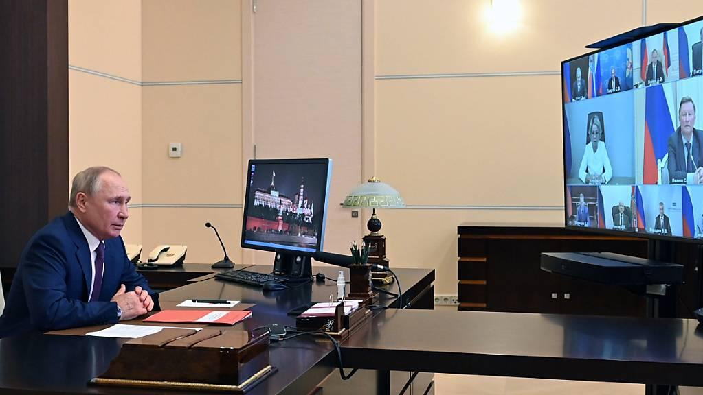 Wladimir Putin, Präsident von Russland, leitet eine Sitzung des Sicherheitsrates per Videokonferenz in der Nowo-Ogaryowo Residenz außerhalb von Moskau. Foto: Alexei Nikolsky/Pool Sputnik Kremlin/AP/dpa