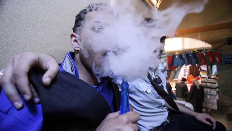 Wer denkt, Shisha rauchen ist gesünder als Zigaretten rauchen, der täuscht sich.