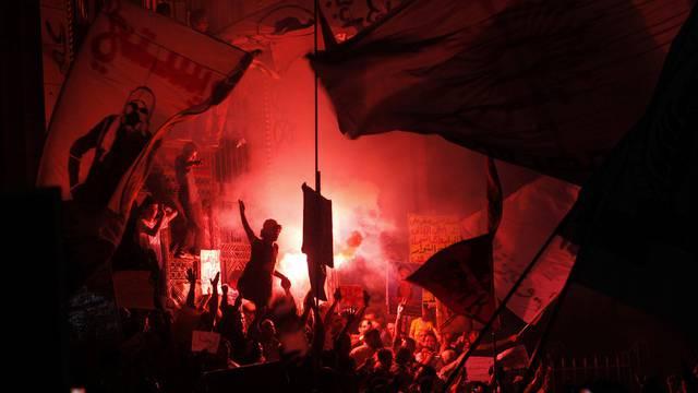 Protestierende zünden Feuerwerk und skandieren Parolen gegen Mursi