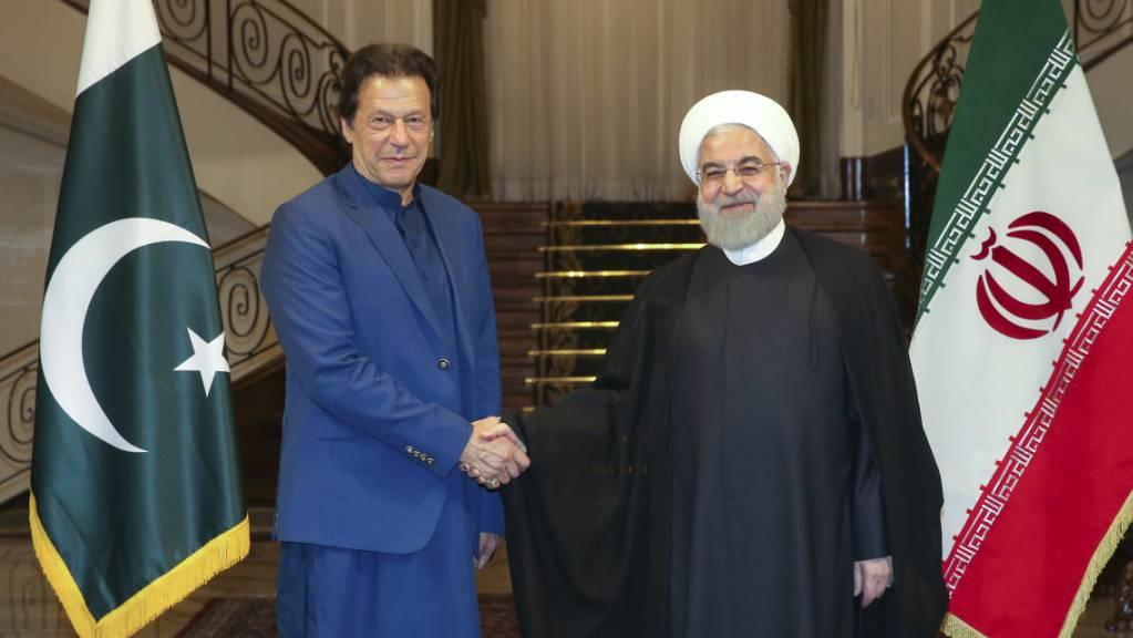 Der pakistanische Regierungschef Imran Khan (l) ist am Sonntag in Teheran vom iranischen Präsidenten Hassan Ruhani empfangen worden. Khan will im Streit zwischen den Regionalmächten Iran und Saudi-Arabien vermitteln.