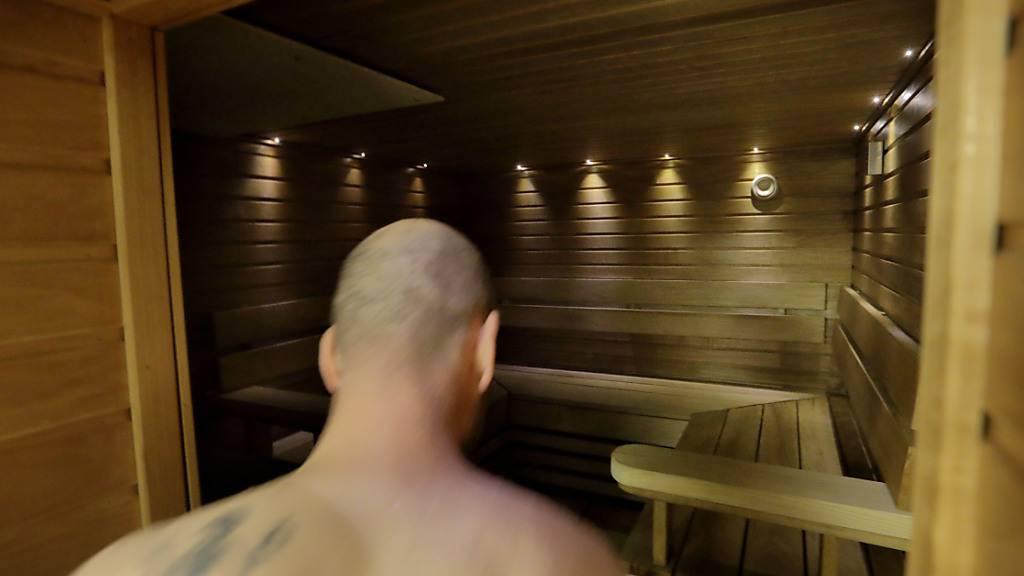 Mann versteckt Kleider von Saunabesucherin