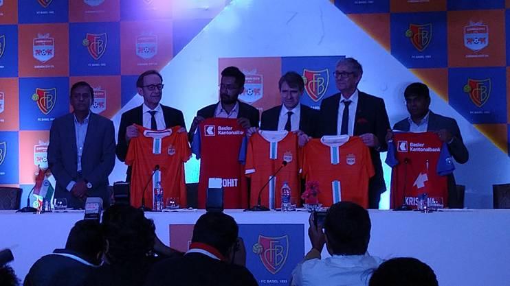 Bernhard Burgener und Roland Heri posieren gemeinsam mit Rohit Ramesh und Krishnakumar Raghavan von Chennai City FC.