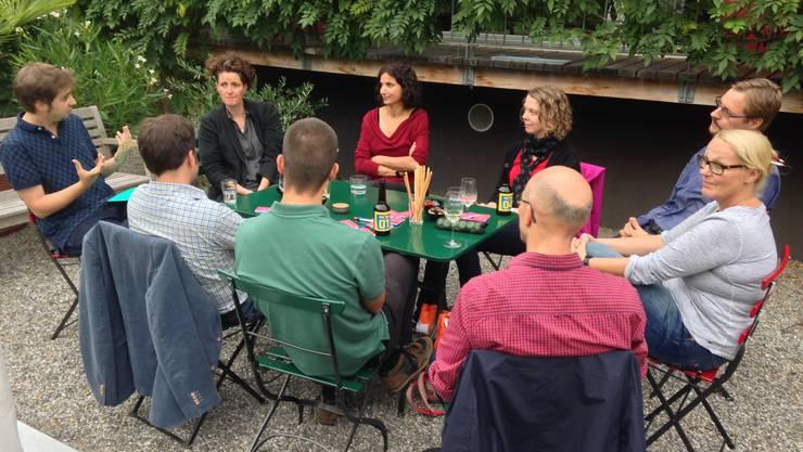 Campaigner Sascha Antenen stellt den Anwesenden die Wahlkampagne vor.